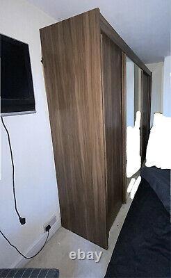 Grande Armoire Miroir Avec Portes Coulissantes Noix Avec 2 Tiroirs Côté Lit
