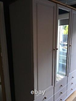 Grande Porte Triple Peinte Gris Pin Massif, Armoire À Neuf Tiroirs Avec Miroir